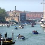 Itália, barcos no Canal Grande, de Veneza