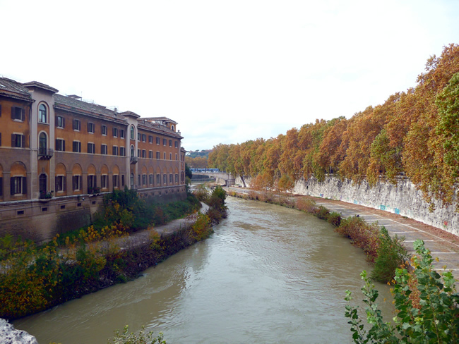 Isola Tiberina, à direita, no Tibre, Roma