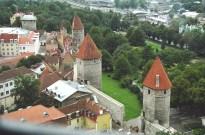 Torres e muralhas medievais em Tallinn, Estônia, Europa Oriental