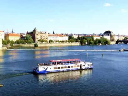Barco no rio Vltava em Praga