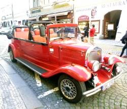 Carro antigo que realiza tours em Praga