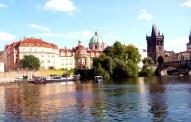 Ponte Carlos no rio Vltava, em Praga