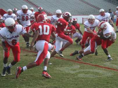 Antonio Hassell (9,#10) shedding the line trying to make a tackle.