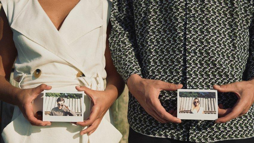 boda-indie-moderna-diferente-preboda-novios-vintage-novia-novio-playa-caion-instantanea-polaroid-manos-bodas-alternativas