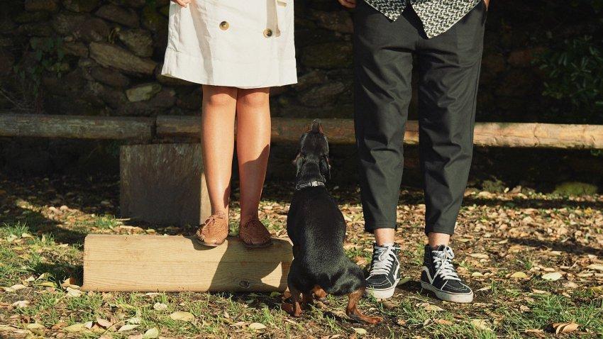 boda-indie-moderna-diferente-preboda-novios-vintage-novia-novio-playa-caion-zapatillas-vans-pies-perro-killer-bodas-alternativas
