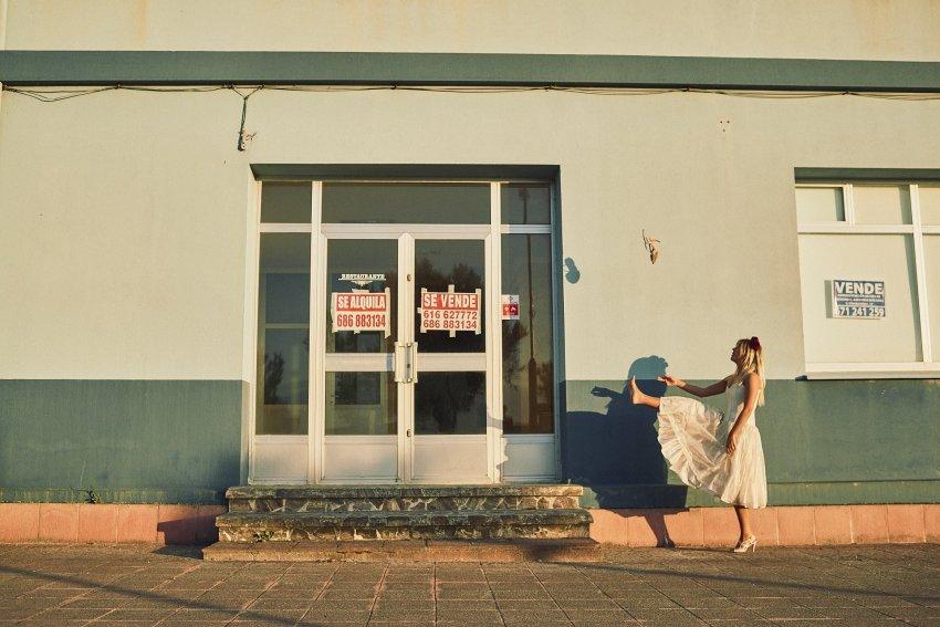 boda-indie-moderna-diferente-preboda-novios-vintage--novia-playa-barranan-arteixo-carteles-casa-zapato-volando-bodas-alternativas