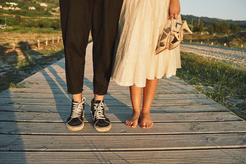 boda-indie-moderna-diferente-preboda-novios-vintage-novio-novia-playa-barranan-arteixo-pies--zapatillas-vans-tatuaje-bodas-alternativas