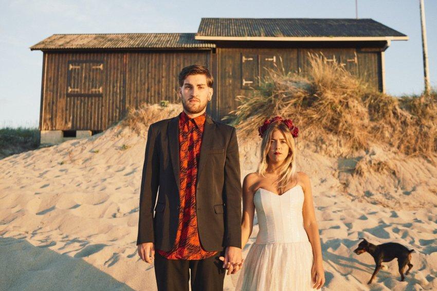 boda-indie-moderna-diferente-preboda-novios-vintage-novio-novia-playa-barranan-arteixo-caseta-socorristas-perro-bodas-alternativas