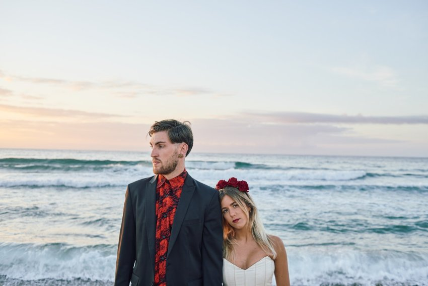 boda-indie-moderna-diferente-preboda-novios-vintage-novia-novio-playa-barranan-arteixo-espuma-mar-ola-oceano-atlantico-bodas-alternativas