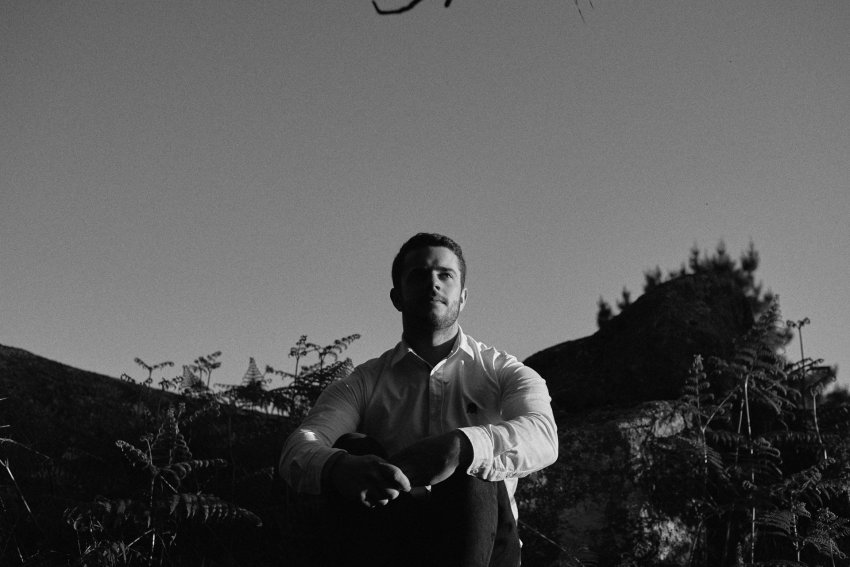 amor-novios-sesion-preboda-indie-diferente-bosque-gallego--rural-bodas-alternativas-monte-xalo-laracha-cerceda-carral-culleredo-galicia-blanco-y-negro