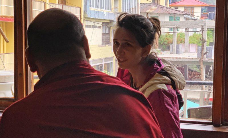 Discussion entre Laura et un moine