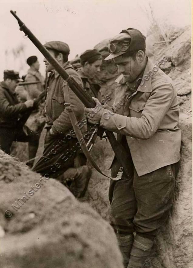 Un miliciano de la columna Durruti limpiando su fusil
