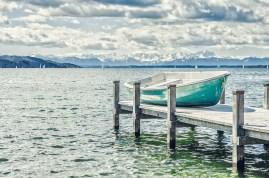Türkises Boot auf Steg am Starnberger See