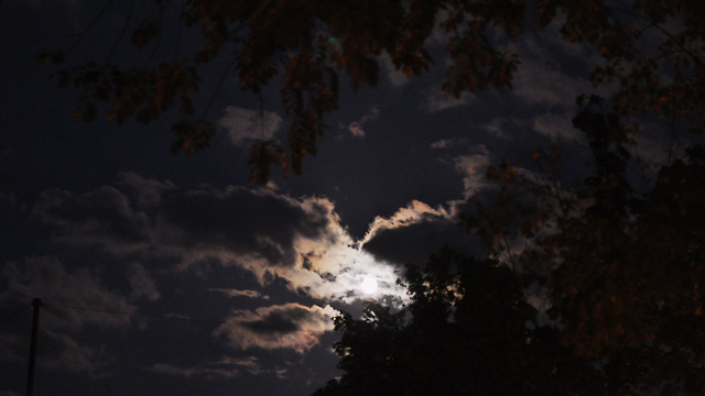 Mond und Wolken am Nachthimmel