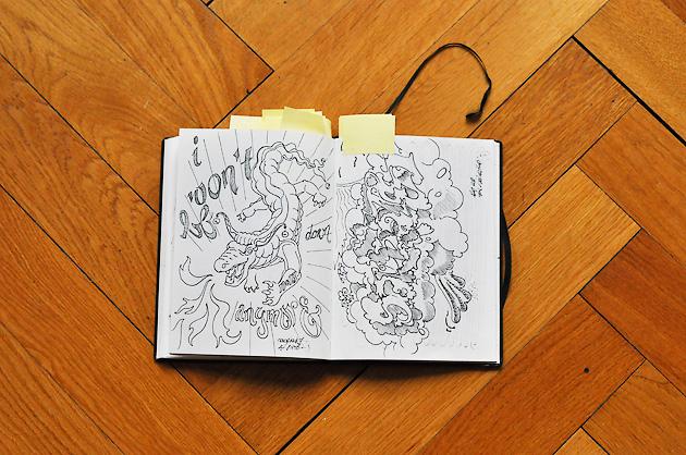 Skizzenbuch-Seite mit einer Drachen-Zeichnung und eine Illustration zum Tod von Sokrates