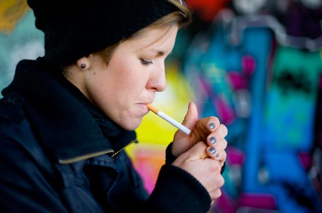 Portrait-Fotografie – vor Graffitis eine Zigarette anzünden