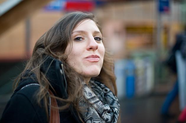 Portrait, essende, junge Frau