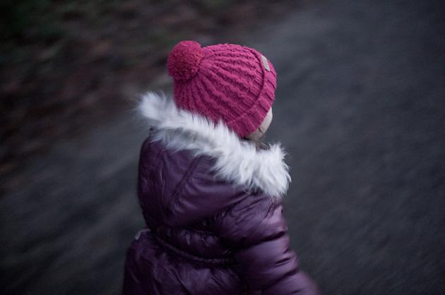 Laufendes Kind mit Winterkleidern