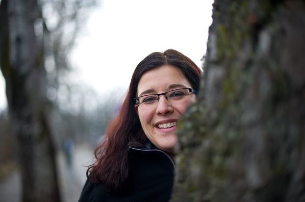 Portrait-Fotografie – Gesicht hinter einem Baumstamm