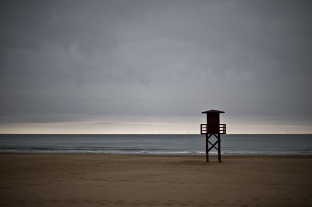 Einsamer Badeposten am regnerischen Strand