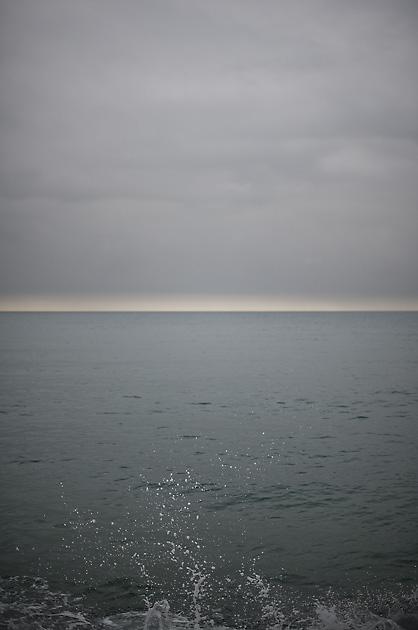 Bilder von dort – Gischt vor grauem Himmel