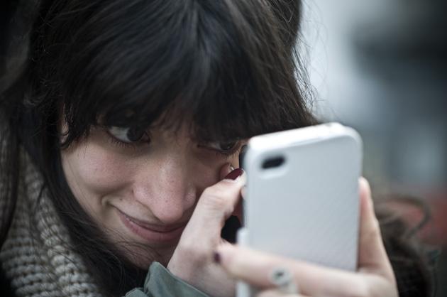 Das Smartphone beim Schminken als Spiegel