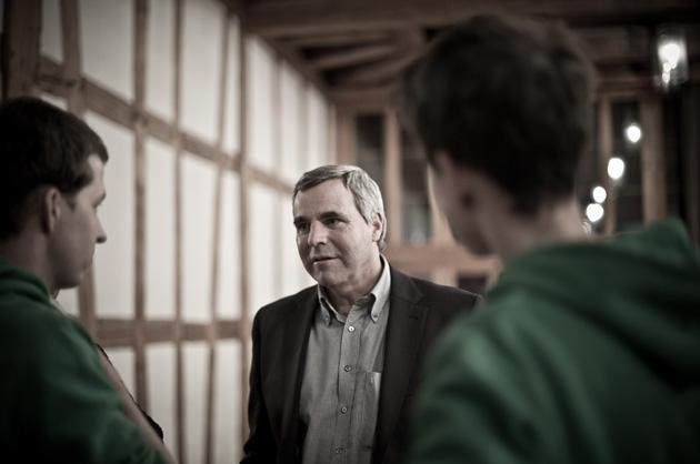 Familienkonferenz in Münsingen, Gemeinepräsident Beat Moser beim Gespräch mit Teilnehmer