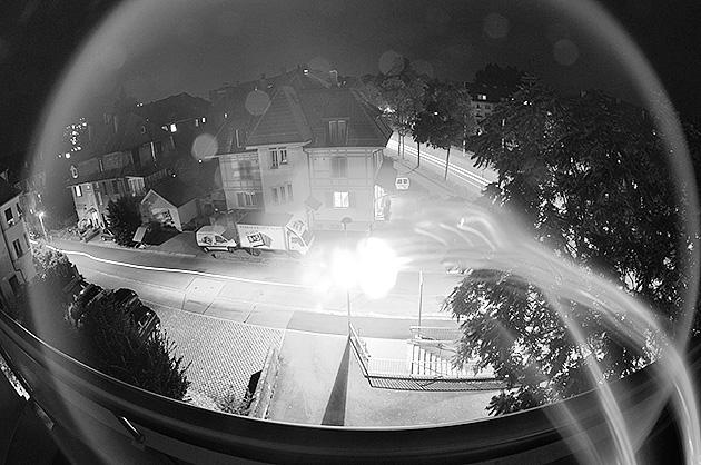 Experimentelle Nachtaufnahme mit einem Fahrrad-Licht als zusätzliche Lichtquelle