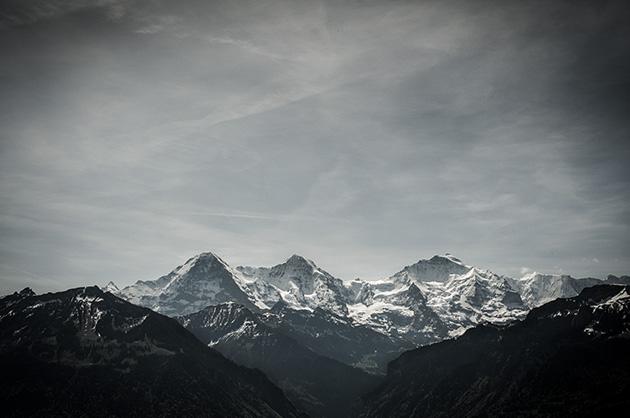 Die Bergkette mit Eiger, Mönch und Jungfrau bei Tageslicht.