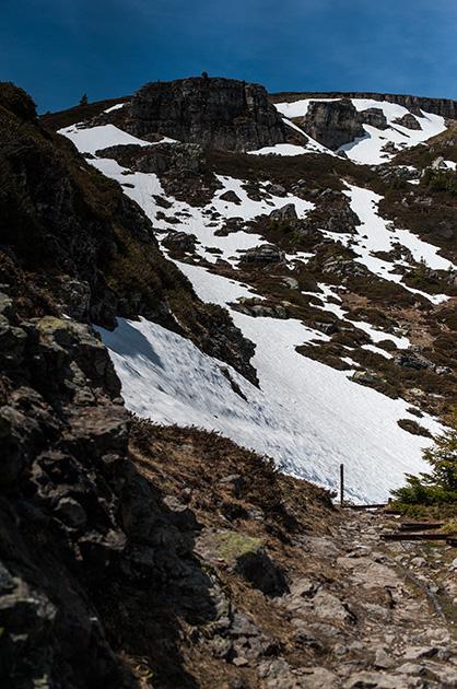 Schnee und Geröll auf dem Niederhorn im Berner Oberland