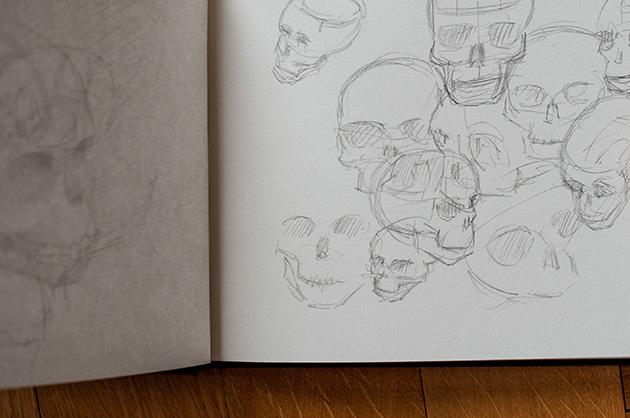 Skizzen mit Bleistift gezeichnet von verschiedenen Blickwinkeln auf einen menschlichen Schädel