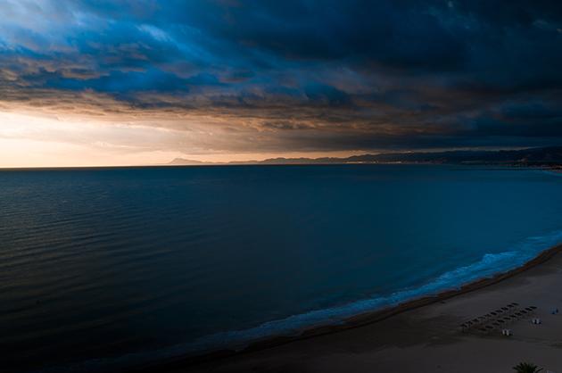 Fotografie vom Montgó in der Morgendämmerung, davor das Meer. Langzeitbelichtung mit ganz ebenem Wasser.