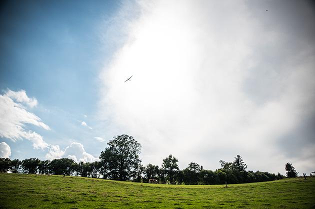 Ein Segelflugzeug in der Luft über dem Gurten