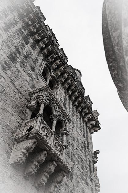 Fassade des Torre de Belém mit dem Balkon des zweiten Stocks