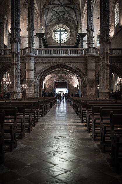 Kirche des Hieronymitenklosters, Gang zwischen den Kirchenbänken mit dem Eingang der Kirche