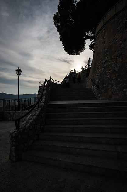 Treppe auf dem Schloss von Cullera, Fotografie im Gegenlicht. Nikon D810 20mm/1.8