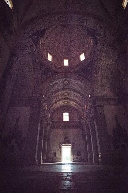 Kloster Santa María de la Valldigna. Fotografie des Kirchengewölbes mit dem Kircheneingang im Gegenlicht. Nikon D810, 20mm/1.8