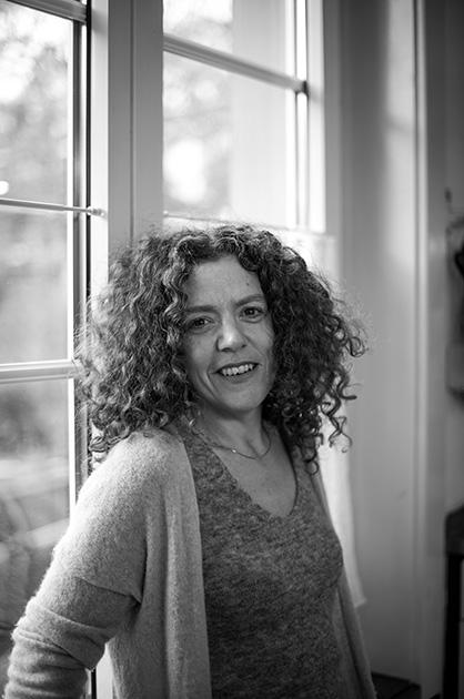 Schwarz-Weiss-Portrait von Shirley Grimes vor einem Fenster