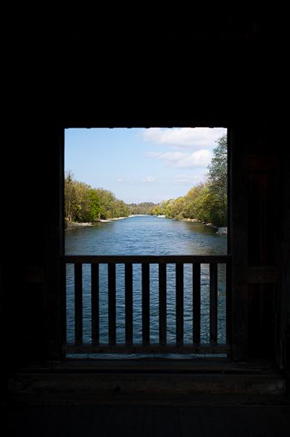 Auguet-Brücke in Muri, Blick aus einem Brückenfenster.