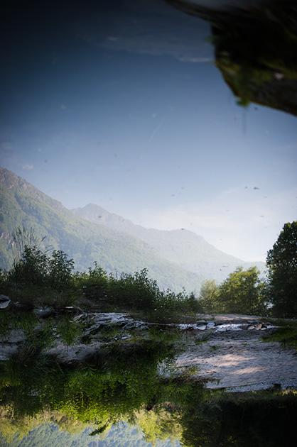 Giumaglio, Schweiz, Tessin. Spiegelung eines Berges in der Maggia