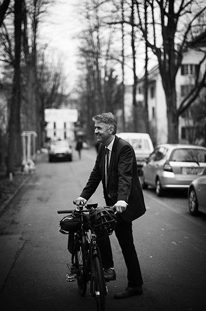 Murifeldbuch, Portrait-Foto vom Berner Stadtpräsident Alec von Graffenried auf dem Fahrrad in der Mindstrasse