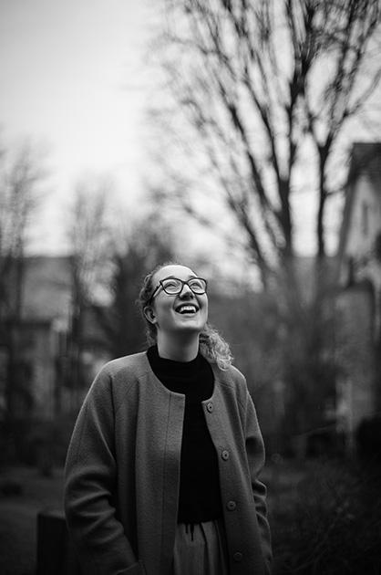 Lachende, junge Frau in der Städtischen Wohnbausiedlung Murifeld.
