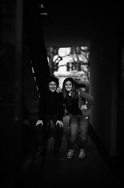 Zwei junge Frauen beim Quartiertreff Murifeld