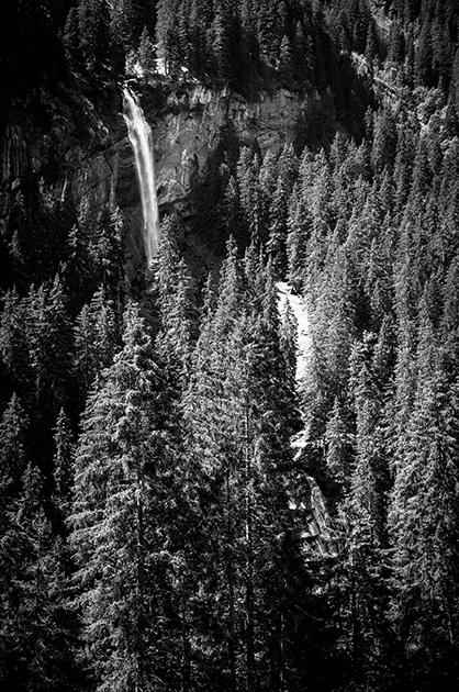 Blick auf einen doppelten Wasserfall auf dem Weg von der Griesalp zum Tschingelsee hinunter.