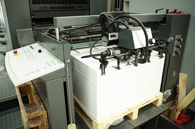 Papierbogen mit Genesis baluer Engel bevor sie in der Presse bedruckt werden