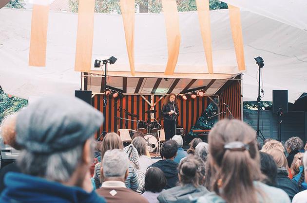 Buchvernissage Murifeldbuch, Ansprache von Shirley Grimes auf der Festbühne. © Foto: David Mihalka
