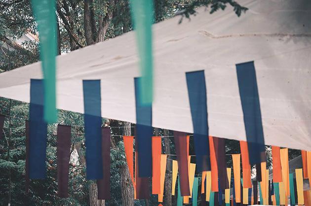 Die bunten Fahnen – schon fast ein kleines Wahrzeichen vom Murifeldfest. © Foto: David Mihalka