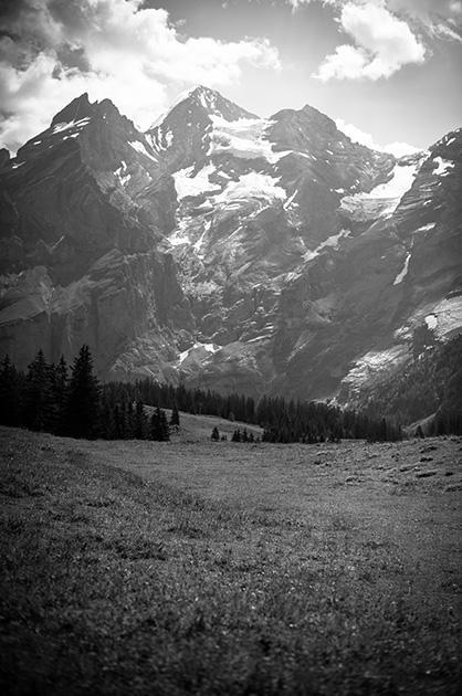 Die Bergewelt hinter dem Oeschinensee, fotografiert aus der Nähe der Gondel-Bergstation.