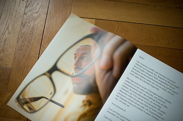 Broschüre manuele; Seiten zwei und drei mit einem Einleitungstext und einem Bild von mir