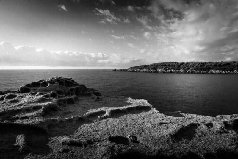 Elba. Die Bucht von Fetovaia, von den Felsen aus fotografiert, Schwarz-Weiss